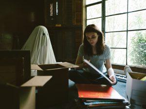 シーツ姿の幽霊が慕情を誘う『A GHOST STORY / ア・ゴースト・ストーリー』