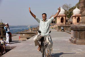 映画の今、世界の今「貧しいインド女性の自活への道を開いた無骨な男。」越智道雄