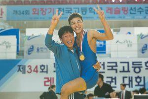 ユ・ヘジン主演『レッスル!』 韓国映画界の奇面組!レスリング父子の愛と絆を描く