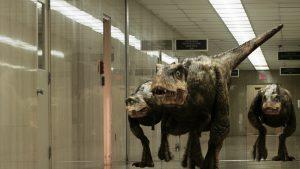 """""""ゴジラサウルス""""が人類を襲う! 恐竜の臓器を人体に移植だと⁉ トンでも設定のアサイラム作品『ジュラシック・ユニバース ダーク・キングダム』"""