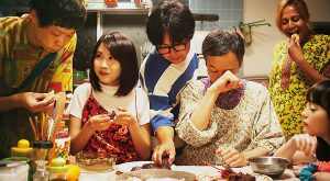 自分探しの秘訣は、おいしいものをお腹いっぱい食べること ― 新鋭ふくだももこ監督が描く『おいしい家族』