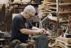 NYの廃材でギターを作る職人と、超有名ギタリスト 雑談から「音楽が生まれる前の前の瞬間」を目撃できる『カーマイン・ストリート・ギター』