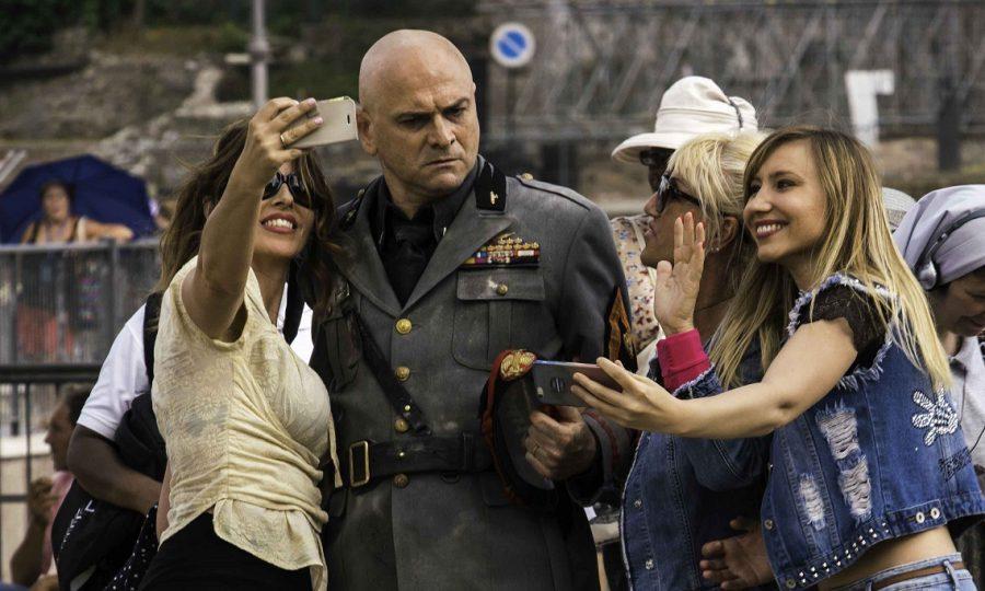 """人種差別に大量虐殺……悪名高き独裁者ムッソリーニが現代に蘇る!『帰ってきたムッソリーニ』は """"笑ってる場合じゃない""""ブラックコメディ"""