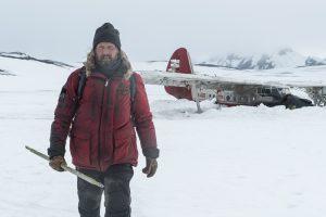 """北極地帯でマッツ・ミケルセンがサバイバル生活!? 極限状態を通して""""生きること""""の本質を問う『残された者-北の極地-』"""