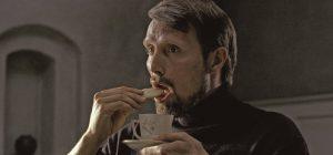マッツ・ミケルセン主演 人里離れた教会にネオナチ男がやってきた! 寓話を駆使した容赦なき強烈な人間劇『アダムズ・アップル』