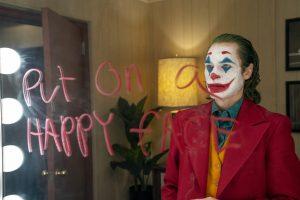 ジョーカーの悪行を讃え賛同する人々を指さして嘲笑うのもジョーカー