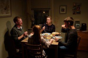 社会の底を描くケン・ローチ監督の真骨頂『家族を想うとき』 原題『Sorry we missed you』が持つ深い2つの意味とは?