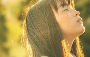 「死ぬなよ」「はい……」震災孤児の少女の一人旅『風の電話』 モトーラ世理奈が即興演技で覚醒!