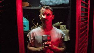 父の遺体と7日間過ごした実体験……をもとに描く イライジャ・ウッド主演のコメディ・スリラー『プライス -戦慄の報酬-』