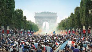 犯罪地域で起きた民衆の暴動、その破壊力と新たなパワーに戦慄する『レ・ミゼラブル』