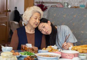 """「祖母へのウソ」がもたらす感動の物語! 笑って泣ける大傑作『フェアウェル』を観れば""""大切な誰か""""に会いたくなる!!"""