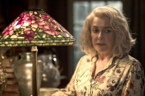 顔圧抜群の母娘共演! カトリーヌ・ドヌーヴが断捨離しまくる終活ドラマ『アンティークの祝祭』
