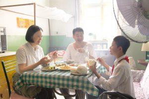 「蛍の光」歌詞の本当の意味は…… ベルリン銀熊賞受賞!激動の中国に生きる夫婦の哀歌『在りし日の歌』