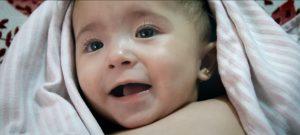こんなことを世界が許すなんて……戦地シリアでカメラが映し出す 地獄と希望『娘は戦場で生まれた』