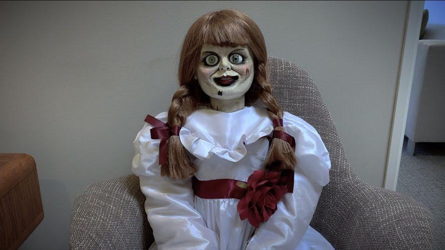 【恐怖映像!?】『死霊館』アナベル人形が誰もいないオフィスで……!!