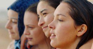 命がけで夢を追いかけた女性たちの物語!『パピチャ 未来へのランウェイ』が描く内戦下のアルジェリアの青春