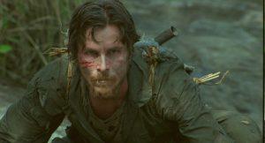 撃墜されたクリスチャン・ベイル! 虫を食べてでも生き延びろ!!『戦場からの脱出』は栄養失調ベイルの熱演が光る実話ベースの戦争映画