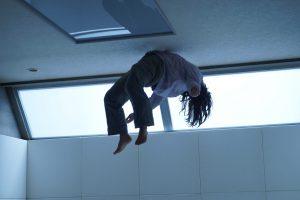 宙に浮く少女の運命は……!? 『犬鳴村』に続く「恐怖の村」シリーズ第2弾映画『樹海村』の新場面写真解禁
