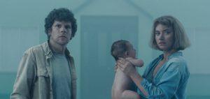 """恐ろしき生存戦略""""托卵""""を人間が強制されたら……? ジェシー・アイゼンバーグ主演『ビバリウム』が描く寓話的な迷宮物語"""
