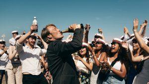 """マッツが泣く! 飲む! 踊る!『アナザーラウンド』は平凡教師たちの""""飲酒実験""""が巻き起こす二日酔い必至のほろ苦い悲喜劇"""